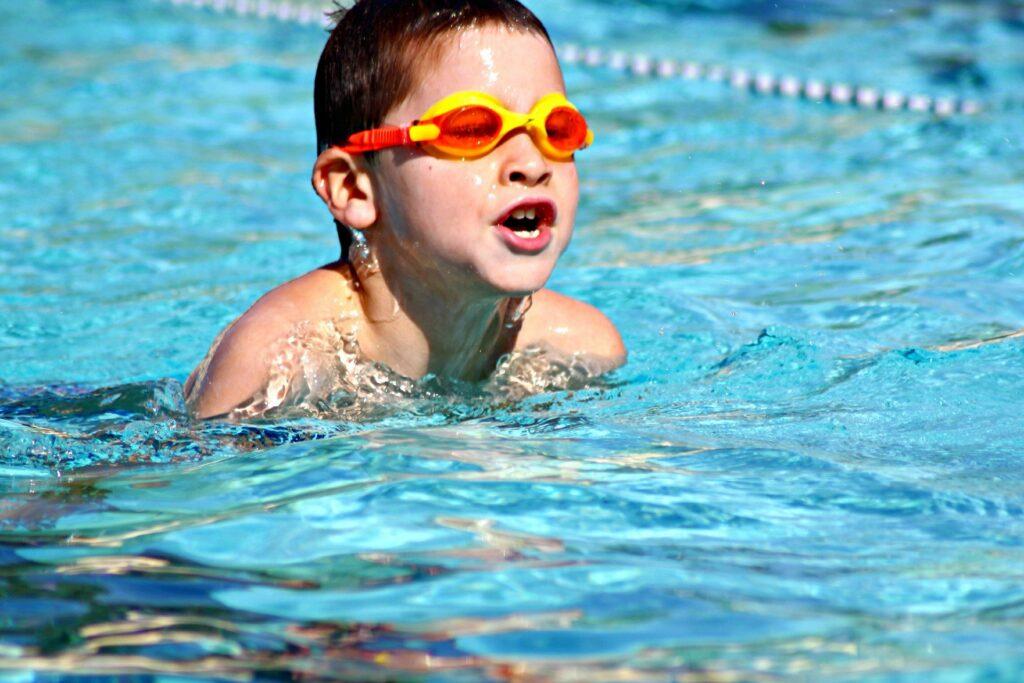 Junge schwimmt